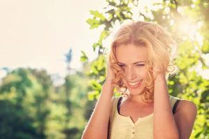 mulher bonita na natureza do verão