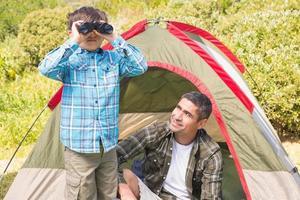 pai e filho em sua tenda foto