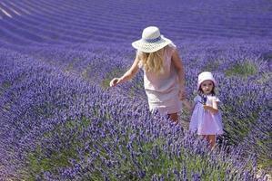 mãe com filha em campo de lavanda foto