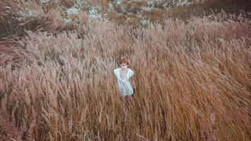 a mulher de vestido branco fica no campo