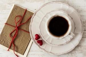 xícara de café e cartão comemorativo para o dia dos namorados foto