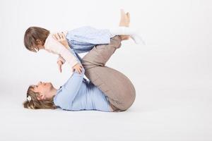 mãe brincar com a filha. foto