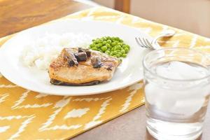 salmão com cogumelos portobello foto