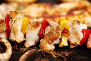 carne de porco e cogumelos champignon na frigideira foto