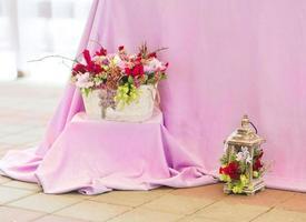 linda decoração de buquês de flores