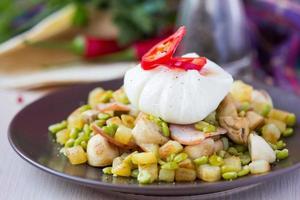 salada quente com batata, presunto, ervilha, cogumelos, ovo escalfado