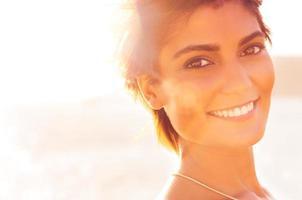 garota sorridente no mar foto