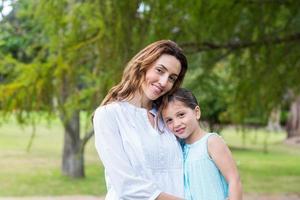 mãe e filha sorrindo para a câmera foto