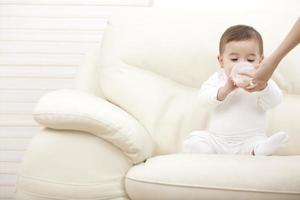 comendo bebê. foto
