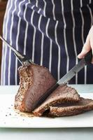 carne assada está sendo cortada foto