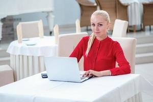 confiança e sucesso. jovem empresário confiante sentado e trabalhando foto