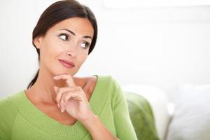 mulher confiante pensando enquanto desvia o olhar