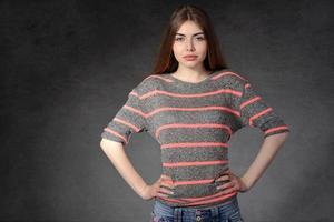 mulher demonstra confiança ou indignação foto