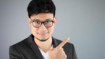 empresário asiático apontando.