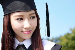 sorrir mulher estudante de graduação foto