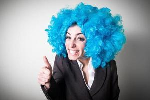 peruca blu engraçada linda jovem empresária