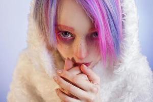 garota incomum com cabelo rosa, sente frio e kuteesa em foto