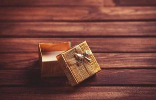 caixa de presente vermelha na mesa de madeira.