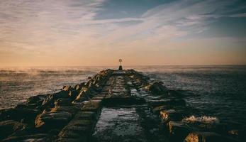 cais do oceano ao amanhecer foto