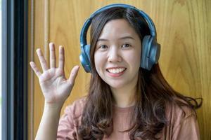 jovem asiática acenando com a mão foto