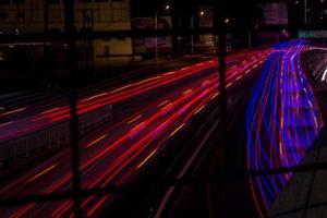 lapso de tempo das luzes do carro na estrada foto