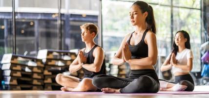 grupo de diversas pessoas praticando ioga