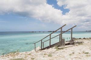 escada de madeira em direção ao mar foto