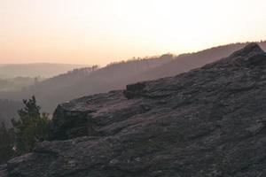 silhueta de montanhas durante o dia foto