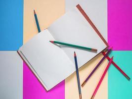 caderno em um fundo colorido