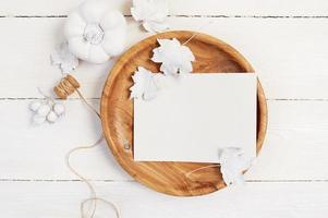 prato de madeira com abóbora branca, bagas e folhas foto