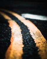 linhas amarelas na estrada foto