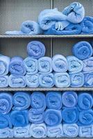 pilha de rolos de toalha na prateleira foto