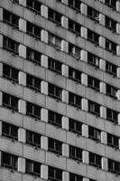 edifício simétrico preto e branco
