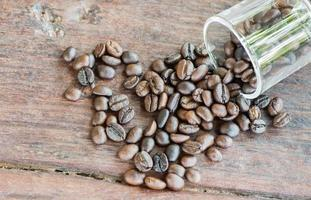 semente de café em fundo de madeira foto