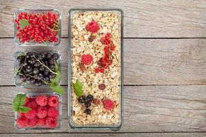 pequeno-almoço saudável com muesli e frutas foto
