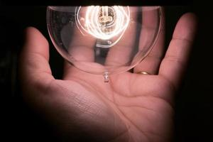 mão e lâmpada foto