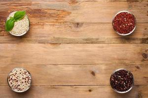 grão de quinua crua branca, vermelha, preta e mista foto