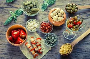 legumes em conserva no fundo de madeira
