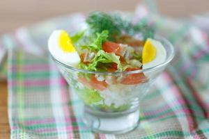 salada com salmão e legumes de arroz foto