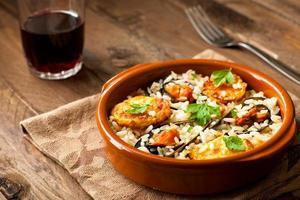 arroz com batatas e mexilhões foto