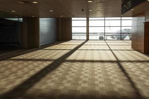 interior do corredor do aeroporto