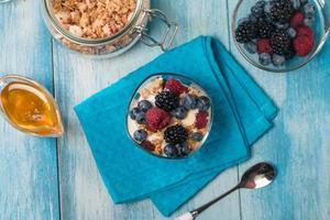 tigela de muesli e iogurte com frutas frescas foto