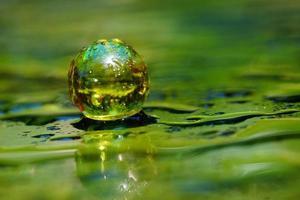 composição artística de mármore amarelo, superfície úmida verde, reflexão