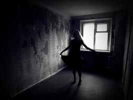 garota dançando em uma sala vazia foto