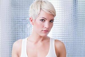 mulher com cabelo loiro curto