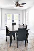 interior com mesa de jantar