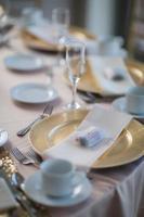 mesas de recepção de casamento com centros florais foto
