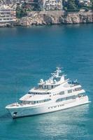 luxuoso iate navegando em águas azuis claras.
