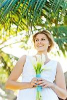 linda noiva contra palmeira foto