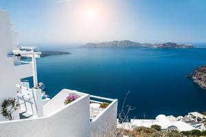 arquitetura branca na ilha de santorini, grécia foto